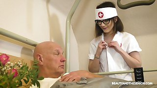 Cum-thirsty young keeping Sara Bell gives a blowjob to old patient